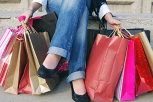 wanita hobi belanja kosmetik dan pakaian img