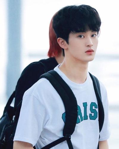 foto cute mark lee super m pakai kemeja putih dan tas gendong