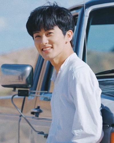 foto profile mark super m pakai kemeja putih depan mobil