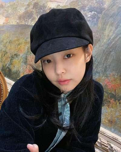 foto jennie blackpink cantik alami pakai topi dan baju hitam