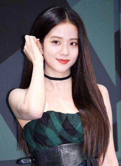 foto jisoo blackpink cute rambut panjang sambil tersenyum