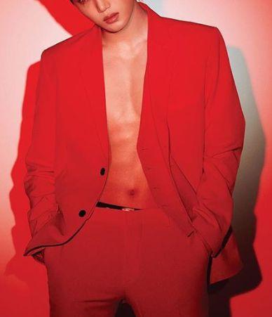 foto tebak setengah wajah kai exo pakai baju celana merah
