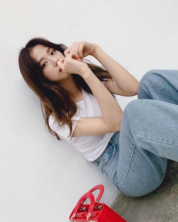 foto kim jisoo cute sambil duduk pakai kaos putih dan celana jeans