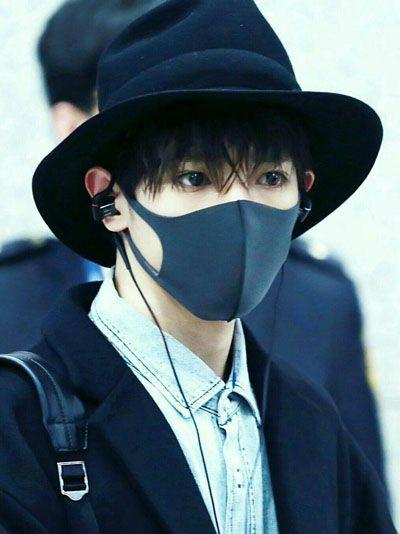 foto taeyong member super m pakai jas masker dan topi hitam dan headphone