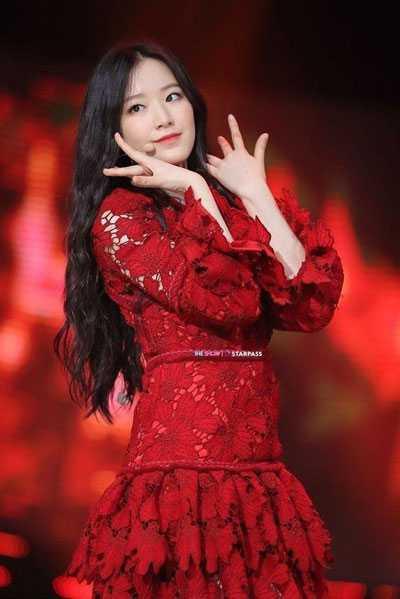 foto shuhua g idle memakai baju dress merah tampil dalam music video lagu lion