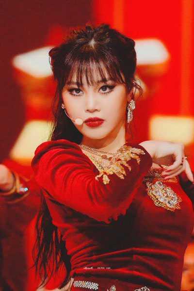 foto profil soojin g idle cube memakai kostum merah tampil di panggung