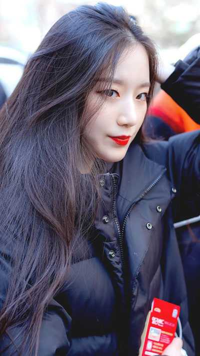 foto profile cantik shuhua g idle memakai jaket hitam dengan lipstick merah