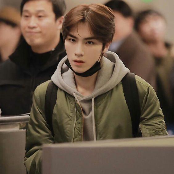 foto Xiao Jun wayv nct pakai jaket dan menggendong tas ransel
