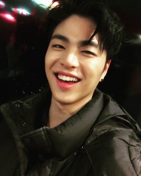 foto senyum manis june ikon Koo Jun-hoe cute