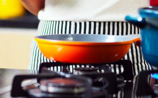 menggoreng-ikan-di-dapur