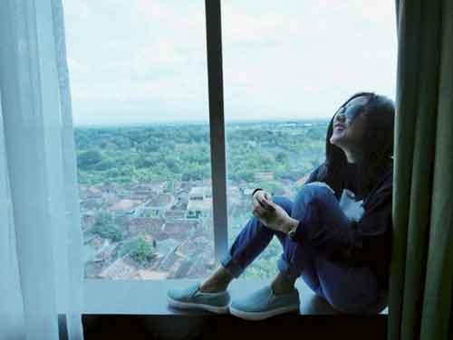 artis cita citata duduk di jendela jpg