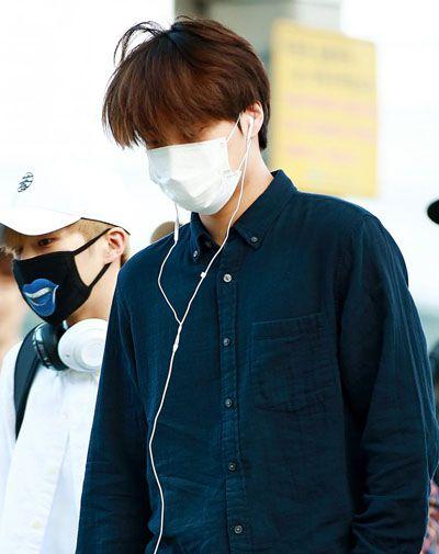 foto wajah kai member super m pakai kemeja masker dan headset